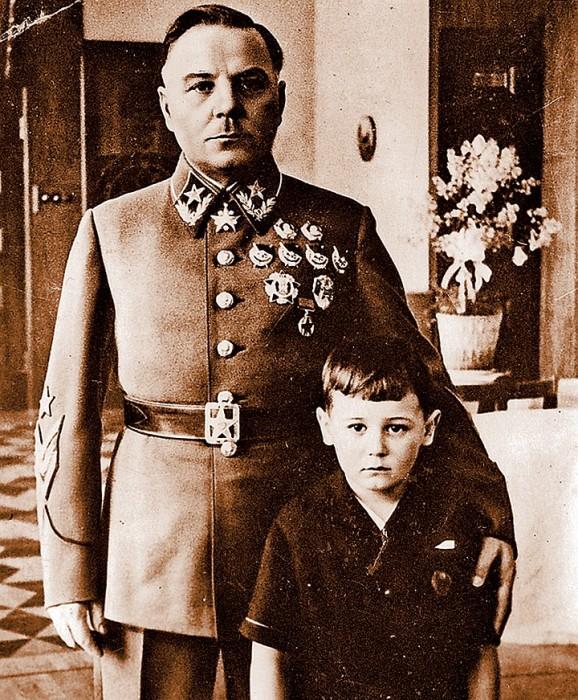 Климент Ворошилов с приёмным сыном Петей. / Фото: www.kp.ru